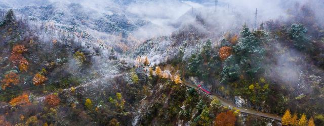 在秦岭遇秋冬相恋之景