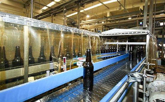 百威生产线的EBI电子验瓶机能识别出缺陷瓶并将其从生产线中自动剔除