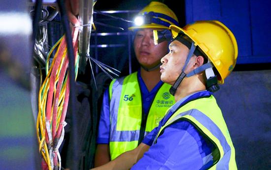 移动网络建设人员在狮子洋隧道内开展5G建设。