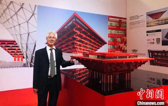 何镜堂在2010年上海世博会中国馆模型前留影。 韦杰夫 摄