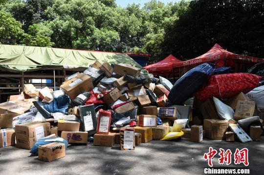 重庆高校快递点包裹堆积如山。 周毅 摄