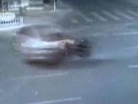 深圳:摩托车深夜狂飙 撞击小轿车飞起