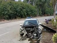 小车撞上绿化带 发动机粉身碎骨