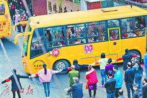 """每到上下学的时间,老师们就手牵手搭""""人墙"""",疏导交通。广州日报全媒体记者陈忧子 摄"""