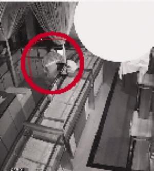 监控视频拍摄的盗窃过程。视频截图