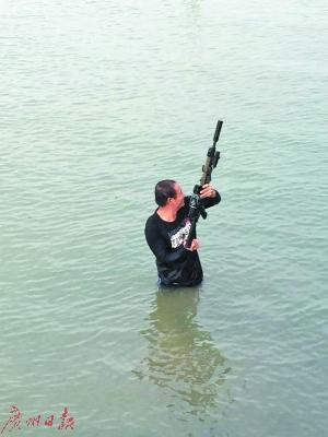 警方打捞出被丢弃的枪支。