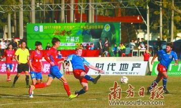 汕头首家职业足球俱乐部——汕头雄狮职业足球队首次亮相,便以3:1的比分客场战胜东莞电子科技学校。受访者供