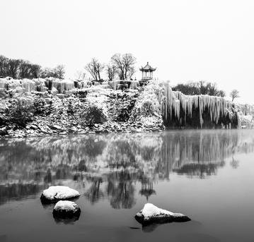 @穿草鞋的小灰灰:黑龙江震撼冰雪瀑布