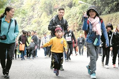 游客带着孩子到西樵山登高。 广州日报全媒体记者何波摄