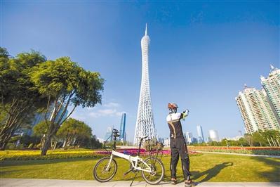 骑行者在广州塔下拍照。记者陈忧子摄