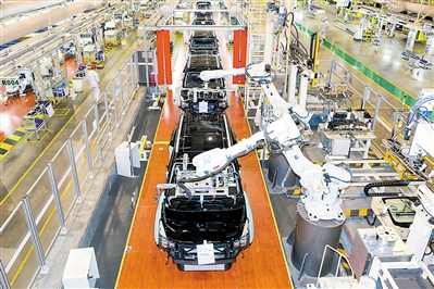 广汽整车制造二部总装厂,机械臂自动为流水线上的汽车安装前后挡风玻璃。广州日报全媒体记者苏俊杰 摄