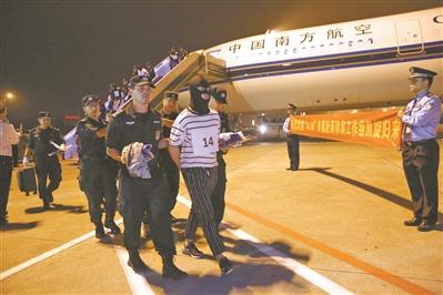 警方押解犯罪嫌疑人回国。