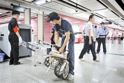 有不知情的市民仍带着电动代步车乘地铁。广州日报全媒体记者高鹤涛 摄
