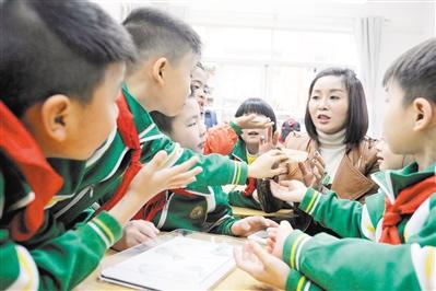 广州耀华小学,小朋友在开放课堂上踊跃提问(资料图片)。 广州日报全媒体记者邱伟荣 摄