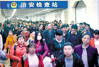 昨日,广州火车站旅客出口通道客流。广州日报全媒体记者廖雪明 摄