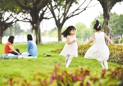 小朋友在琶洲会展公园玩耍。记者王燕摄