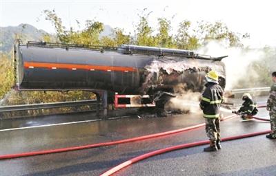 消防员在救火现场