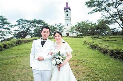 蔡少林和妻子的婚纱照