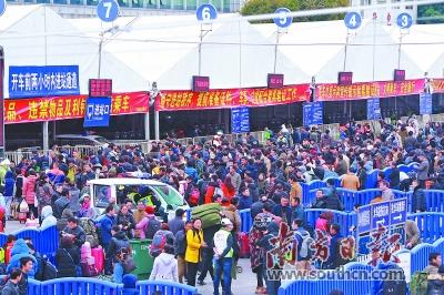 春运期间警察将24小时在广州火车站广场上巡逻。 梁文祥 摄
