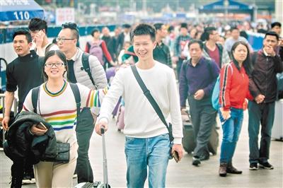 广州火车站广场,返程旅客笑着出站。广州日报全媒体记者苏俊杰 实习生林泽君 摄