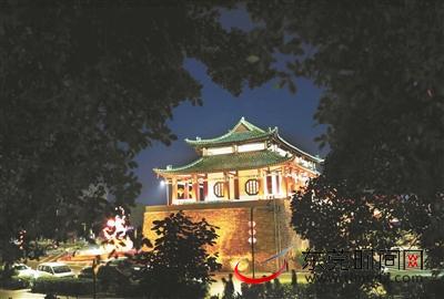 夜幕降临,修缮后的西城楼灯火璀璨,宛若故宫
