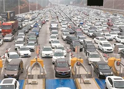 春节期间,每天都有数以十万计的车辆涌入韶关。