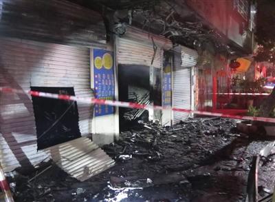 大火被扑灭,影楼门前一片狼藉。