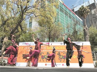 广州艺术团在墨西哥城著名的改革大道演出,观者云集。