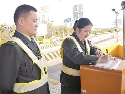 短短的五分钟,是王洪海和赵艳萍一天中唯一见面的机会。