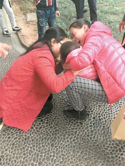 吴雅琼为窒息女童施救。