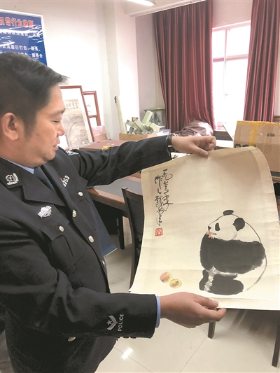 警方展示查扣的仿冒吴作人绘画作品。新华社发