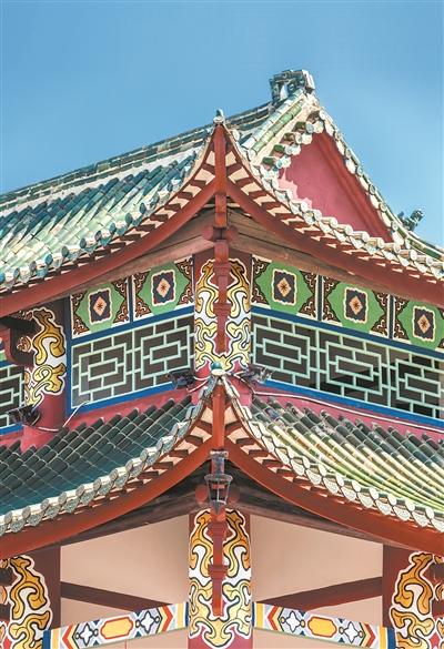 梁柱上的彩画经过修复,更加靓丽。