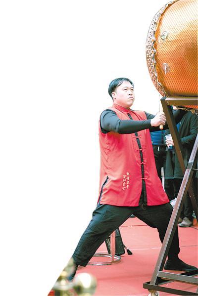 李康迪表演二十四节令鼓。