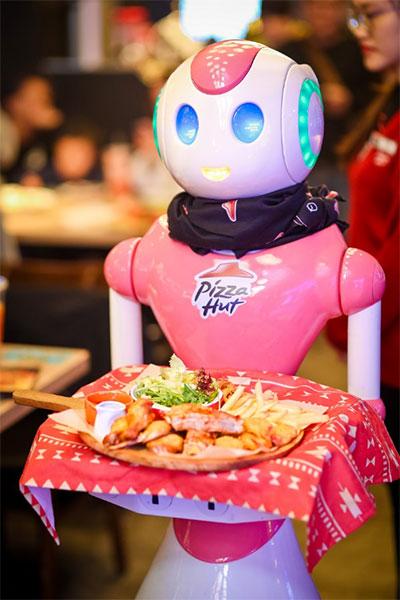 憨态可掬的机器人服务员