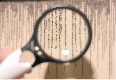 王芝文的陶瓷微书作品需用放大镜来看