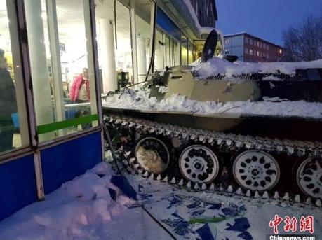 男子开装甲车闯进超市 只为抢一瓶酒