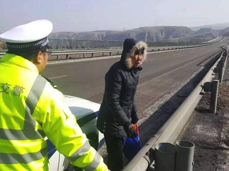 女子为回家走高速车道:走中间安全
