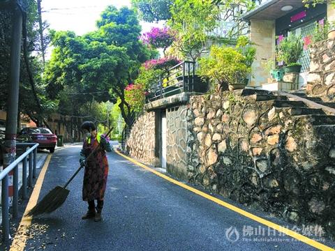 静谧的果园街上,环卫工人在打扫落叶。顺峰社区去年翻新了不少社区道路,美化了社区环境。