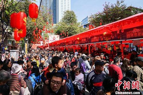 广州越秀西湖花市开市,现场人头涌动。 中新社记者 廖树培 摄
