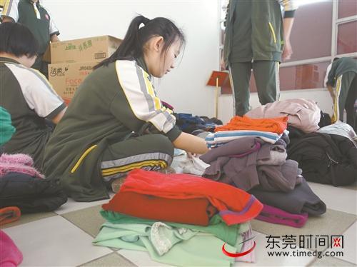东莞市一中的同学们在整理回收的旧衣物