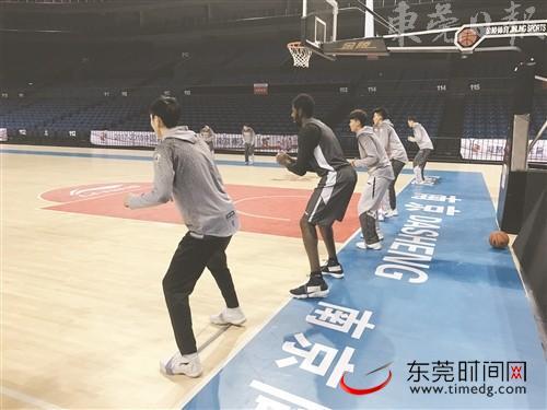 抵达南京后,全队前往球馆进行训练(记者 王晨征 摄)
