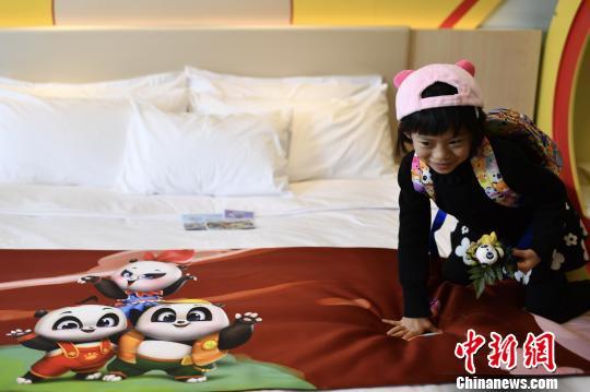 广东长隆集团11日推出大熊猫三胞胎动漫亲子酒店--广州长隆熊猫酒店,该酒店拥有1500间亲子主题客房,充满梦幻奇趣的童话风格。 王华 摄
