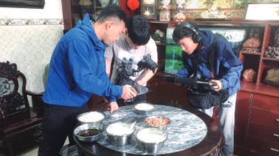 对于龙江煎堆的原材料、制作过程,每一个细节,央视摄制团队都不放过。