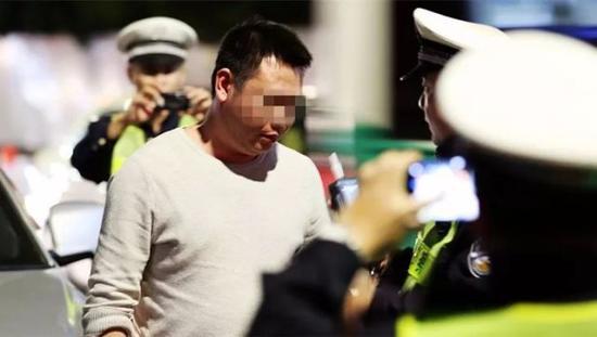 广东两老板半夜到珠海找3个美女嗨 被抓现行(图)