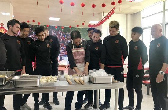 汕头首支职业足球队包饺子迎新春。