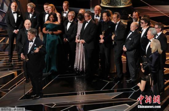 电影《水形物语》获最佳影片,主创人员上台领奖。