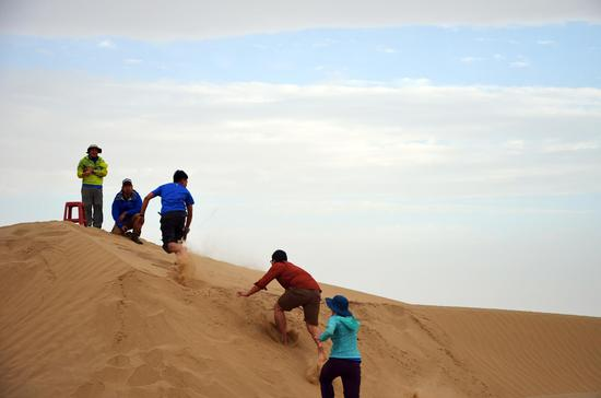 △队员在塔克拉玛干沙漠训练