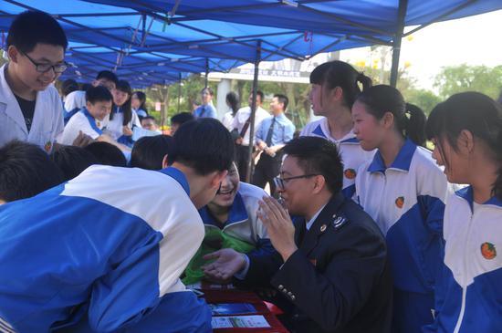 税收自愿者绘声绘色向小学生们说明注解税收知识
