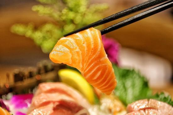 三文鱼肉质肥美,色泽鲜艳