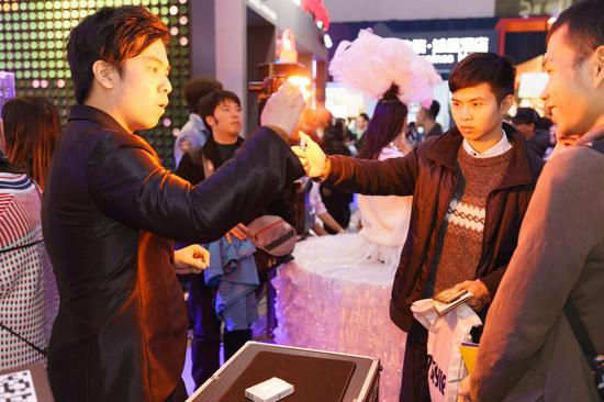 国际IMS协会魔术师Rain的魔术表演出神入化,惊艳全场